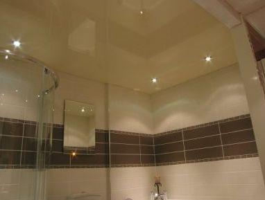 красивый навесной потолок в ванной
