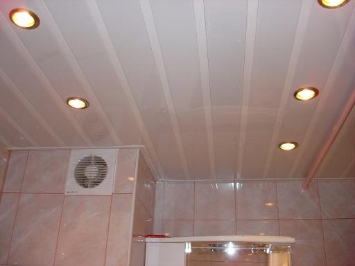 готовый потолок в ванной из пластиковых панелей