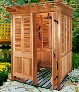 деревянная душевая кабина на улице