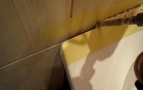заделка шва между ванной и стеной монтажной пеной