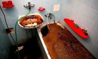 Механические и химические средства чистки засоров в ванной
