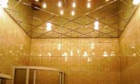 Установка зеркальных потолков в ванной комнате