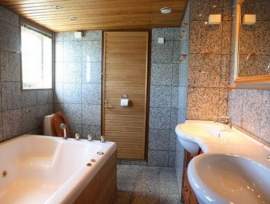 интерьер ванной с деревянным потолком