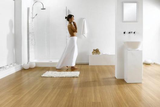 ламинат в интерьере ванной комнаты выглядит просто прекрасно