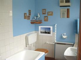 маленький встраиваемый телевизор в ванной