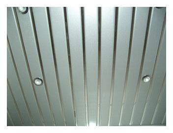 открытые реечные панели на потолке