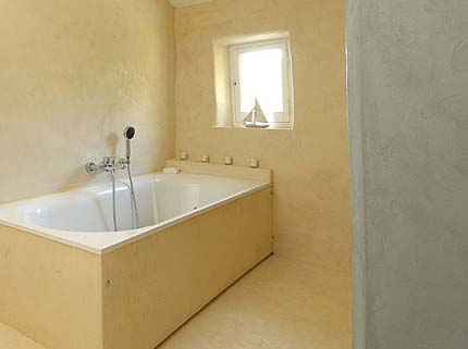 полностью оштукатуренная ванная