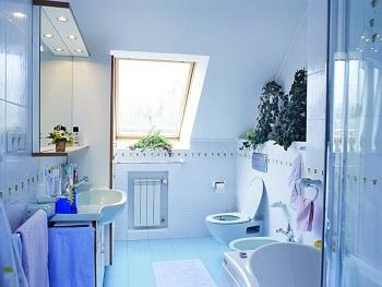 правильное освещение в голубой ванной комнате