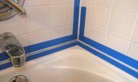 Выполняем герметизацию шва между стеной и ванной