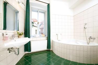 раскладка плитки в сочетании с ванной