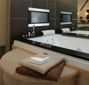 стильная ванная с телевизором