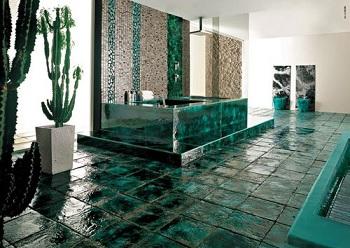 стильная рельефная плитка на полу ванной комнаты