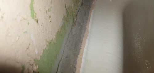 шов между ванной и стеной, заделанный раствором