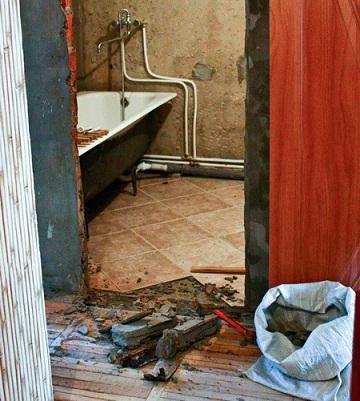 установка дверей для ванной
