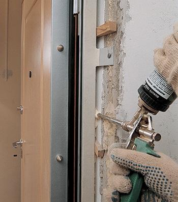 установка коробки двери в ванную