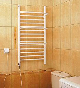 стильный полотенцесушитель в ванной