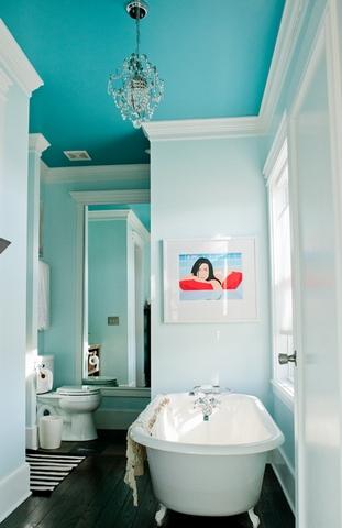 эстетичный окрашенный потолок в ванной