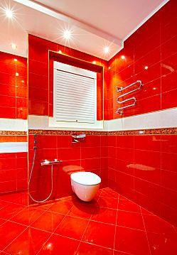 яркий красный цвет в ванной